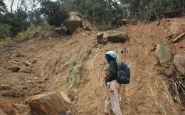 """Người dân nín thở đi dưới khối đá 30 tấn """"lộ"""" ra sau mưa lũ"""