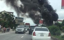 Xe tải đang chạy bốc cháy ngùn ngụt