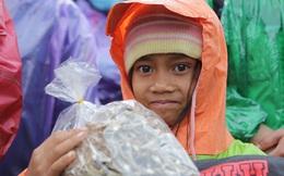 Đoàn cứu trợ đầu tiên băng sạt lở tiếp cận bà con Vân Kiều ở Quảng Nam: Ấm tình người nơi biên ải