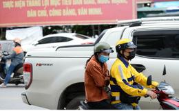 Người Hà Nội mặc thêm áo ấm xuống phố khi tiết trời trở lạnh
