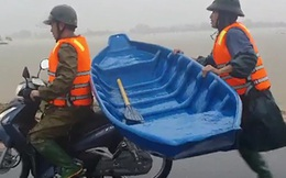 Clip: Chiến sĩ công an chạy bộ theo xe máy suốt 2km để giữ thuyền, nỗ lực cứu người dân mắc kẹt trong ngôi nhà lũ dâng cao hàng mét