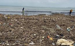 [Ảnh] Hơn 500 tấn rác dạt vào bãi biển Đà Nẵng