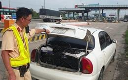 """CLIP: Tài xế bỏ xe giữa đường chạy trốn, CSGT phát hiện hàng cấm số lượng """"khủng"""""""