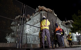 Hàng rào vây quanh Nhà Trắng được hoàn thiện gấp rút ngay trong đêm, đề phòng bạo động sau Ngày Bầu cử
