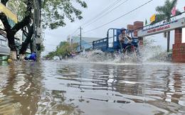 Mưa lớn, nhiều tuyến đường Quảng Ngãi ngập sâu trong nước