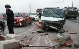 Ô tô 'cày' dải phân cách cầu Thanh Trì, giao thông ùn ứ cả cây số