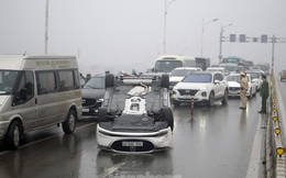 Cầu Vĩnh Tuy 'thất thủ' vì xế hộp lật ngửa giữa đường