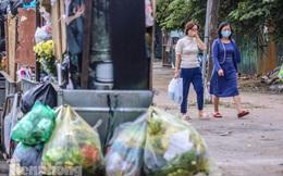 Gần Tết Dương lịch, nhiều tuyến phố Hà Nội lại ngập rác