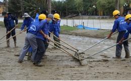 Hơn 150 người dọn bùn non đang tràn ngập phố cổ Hội An