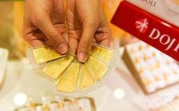 """Giá vàng trong nước """"đắt"""" hơn giá vàng thế giới tới gần 3 triệu đồng/lượng"""