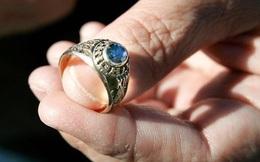 Vị trí giả ném 1 viên đá và 1 chiếc nhẫn vào bãi đá rồi bảo chàng trai đi nhặt: Hồi kết đáng ngẫm, thức tỉnh nhiều người
