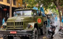 Quân đội phun hóa chất khử trùng ở TP Hội An