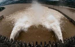 Nước trong hồ chứa đập Tam Hiệp còn cách 10m là tràn đập