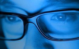 Mắt kính chống ánh sáng xanh từ máy tính và điện thoại có THẬT SỰ có tác dụng bảo vệ mắt như đồn thổi?