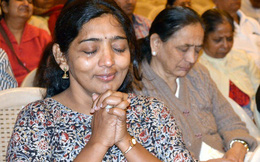 Hễ cuối tuần là dân Ấn Độ lại rủ nhau đi khóc, hỏi ra mới biết là hoạt động ý nghĩa này