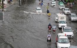 Cửa ngõ Sài Gòn ngập sâu, xe cộ chết máy hàng loạt trên đường