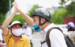 Chùm ảnh: Những khoảnh khắc đầy tiếng cười của học sinh và phụ huynh Hà Nội sau khi kết thúc môn thi đầu tiên