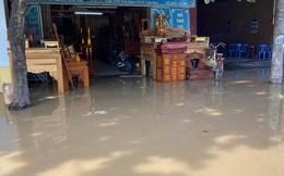 Đường ống nước sạch vỡ, quốc lộ và nhà dân ở TP Vinh ngập trong nước