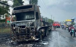 Đang lưu thông trên đường một chiếc xe container bị cháy rụi