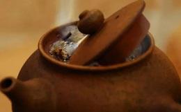 Có người hỏi mua chiếc ấm pha trà cũ nhưng không bán, người thợ rèn nhanh chóng đối mặt với cảnh tượng chưa từng thấy