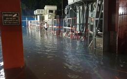 """Clip: Công an, dân phòng TP HCM """"giải cứu"""" nhiều phương tiện ngập sâu sau trận mưa kéo dài"""