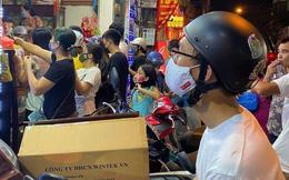 Người dân Hà Nội sớm xếp hàng mua bánh Trung thu truyền thống