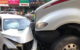 Xe container mất lái trên đường 3 tháng 2, quận 10, tông hàng loạt xe máy và ôtô