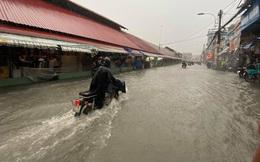 """Chợ Thủ Đức bị nước """"cô lập"""" sau 10 phút xảy ra mưa"""