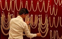 Cơn sốt vàng 'kiểu mới' trên toàn cầu: Thị trường tiêu thụ lớn nhất thế giới ồ ạt bán tháo, phía bên kia bán cầu đua nhau rót tiền