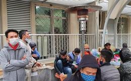 Bệnh viện Bạch Mai lắp cây sưởi cho người nhà bệnh nhân xua tan rét đậm rét hại của Hà Nội