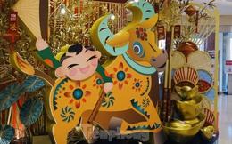 Đường phố TPHCM lung linh trang trí trâu vàng đón Tết Tân Sửu