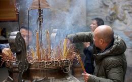 Nhiều người Hà Nội tranh thủ nghỉ trưa đi lễ 'Tứ trấn' ngày mùng 1 cuối cùng của năm