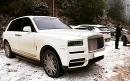 Đại gia mang Rolls-Royce Cullinan 40 tỷ vượt đường tuyết lên Lào Cai bất chấp nhiều xe từng gặp nạn do trơn trượt
