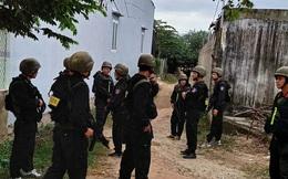"""Hàng trăm cảnh sát Bộ Công an bất ngờ đột kích ổ cờ bạc """"khủng"""" trong căn nhà hoang"""