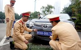 Cục CSGT kiểm định, gắn biển tạm thời cho hơn 100 xe phục vụ Đại hội XIII