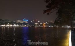 Ngắm hồ Hoàn Kiếm lung linh, huyền ảo về đêm