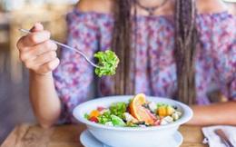 """Dân văn phòng thường """"ăn cho xong"""" nhanh, lẹ, chụp giật, còn tôi áp dụng ăn trong chánh niệm đã thu được những lợi ích tuyệt vời: Tiết kiệm, tốt cho hệ tiêu hoá, dễ thoả mãn..."""