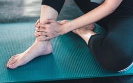 """Cảnh báo tình trạng """"nước tiểu đổi màu"""" sau khi tập thể dục: Nếu gặp 3 dấu hiệu sau chớ coi thường kẻo suy thận lúc nào không hay"""