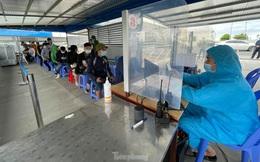 Người dân xếp hàng chờ khai báo y tế để vào Quảng Ninh