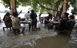 """""""Lẩu lướt ván"""" khiến một nhà hàng ăn nên làm ra trong khi """"hàng xóm"""" đìu hiu vì ngập lụt"""