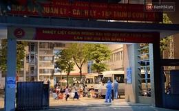 Ảnh: 15 học sinh trường Tiểu học Xuân Phương nhảy cẫng vui mừng vì được rời khu cách ly, về nhà đón Tết với gia đình