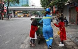 Dân mạng chia sẻ bức ảnh hai bé gái theo chân người mẹ lao công đi làm sáng mùng 1 Tết với thông điệp gây xúc động