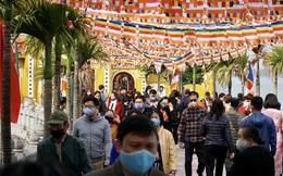 Đông nghẹt người đeo khẩu trang đi chùa mùng 2 Tết