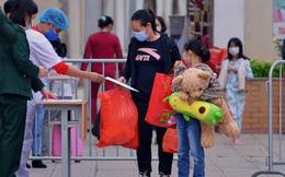 Niềm vui ngày mùng 3 Tết: Toàn bộ học sinh TH Xuân Phương còn lại hoàn thành cách ly, được nhận lì xì trước khi về nhà trong vòng tay cha mẹ