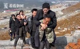 3 anh em thay phiên cõng bố già 89 tuổi đi thực hiện nguyện ước ngày Tết, hành trình gập ghềnh dài 2km gây xôn xao trên MXH