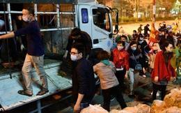 Hà Nội: Hàng chục tấn rau củ quả từ Hải Dương về điểm giải cứu, người dân chờ đợi và mua ngay trong đêm