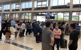 Hành khách xếp hàng dài ở sân bay Tân Sơn Nhất để đổi trả vé Tết vì dịch Covid-19