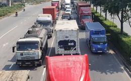 """Xe tải và container đang """"bịt kín"""" cửa ngõ phía Đông TP HCM"""