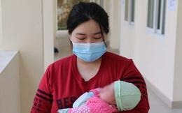 """Hành trình """"ăn Tết ở cữ"""" của người mẹ bé gái 21 ngày tuổi dương tính SARS-CoV-2 và nụ cười của những đứa trẻ trong bệnh viện dã chiến ở Hải Dương"""