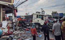 CLIP: Xe đầu kéo tông hàng loạt xe máy và ôtô, húc tan hoang nhà dân ở Đồng Nai